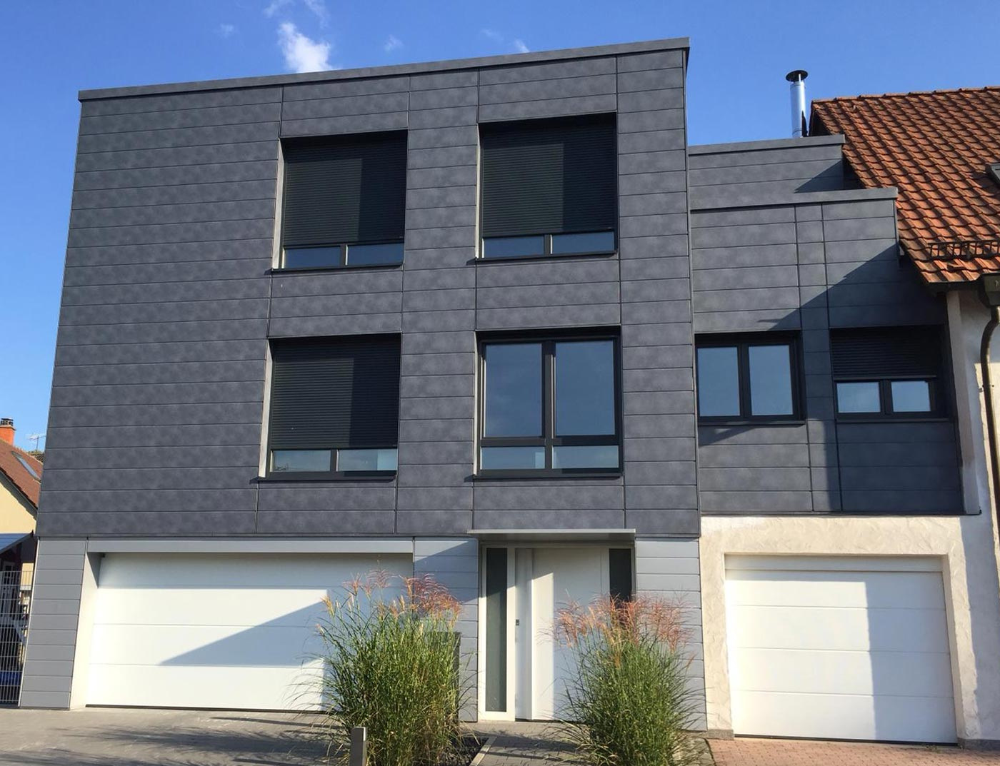 Façade design with aluminium panels, sidings in stone grey, from PREFA.