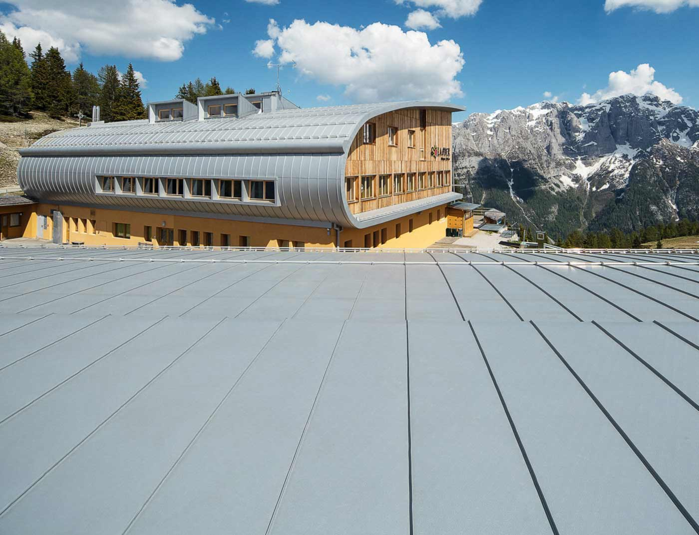 Reference buildings PREFA Roof systems Roof system Prefalz® 12 metallic silver